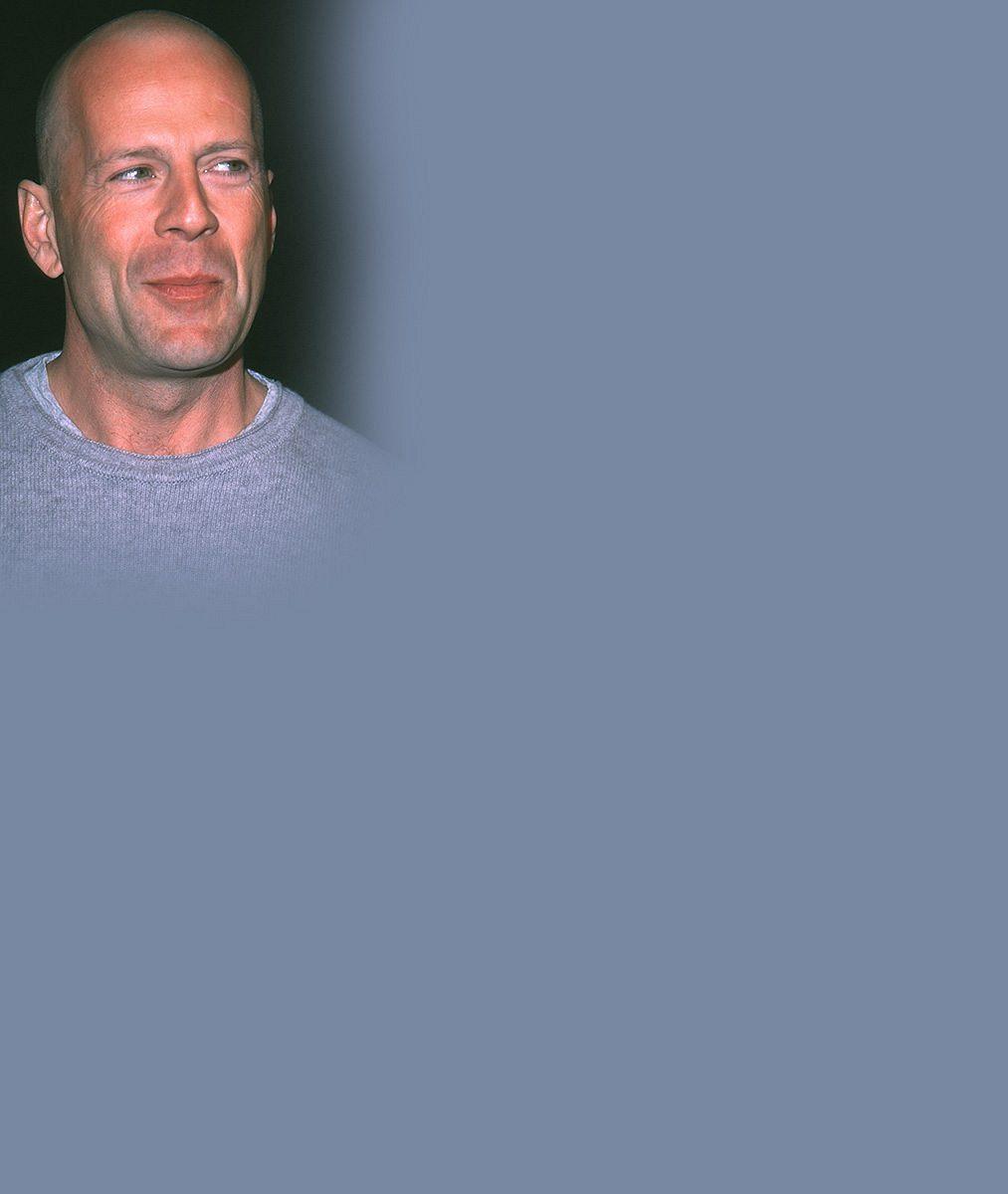 Bruce Willis (61) byl mezi plážovými kráskami jako dítě v hračkářství: Pak mu přijela manželka...