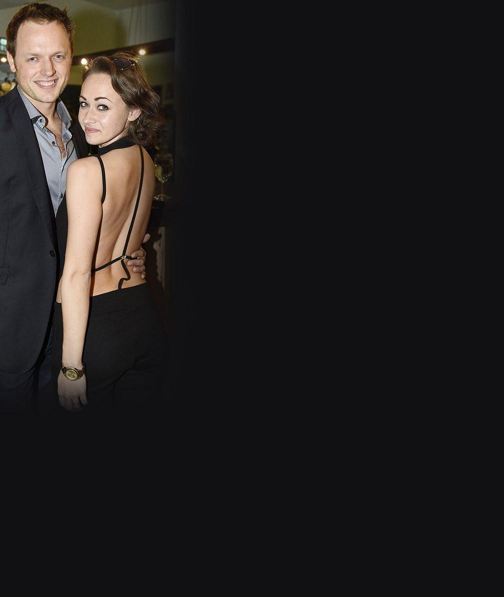 Tady to na vášnivé noci nevypadá: Muzikálová hvězda s manželkou sdílí lože s japonskou dogou. Ta váží stejně jako jeho žena