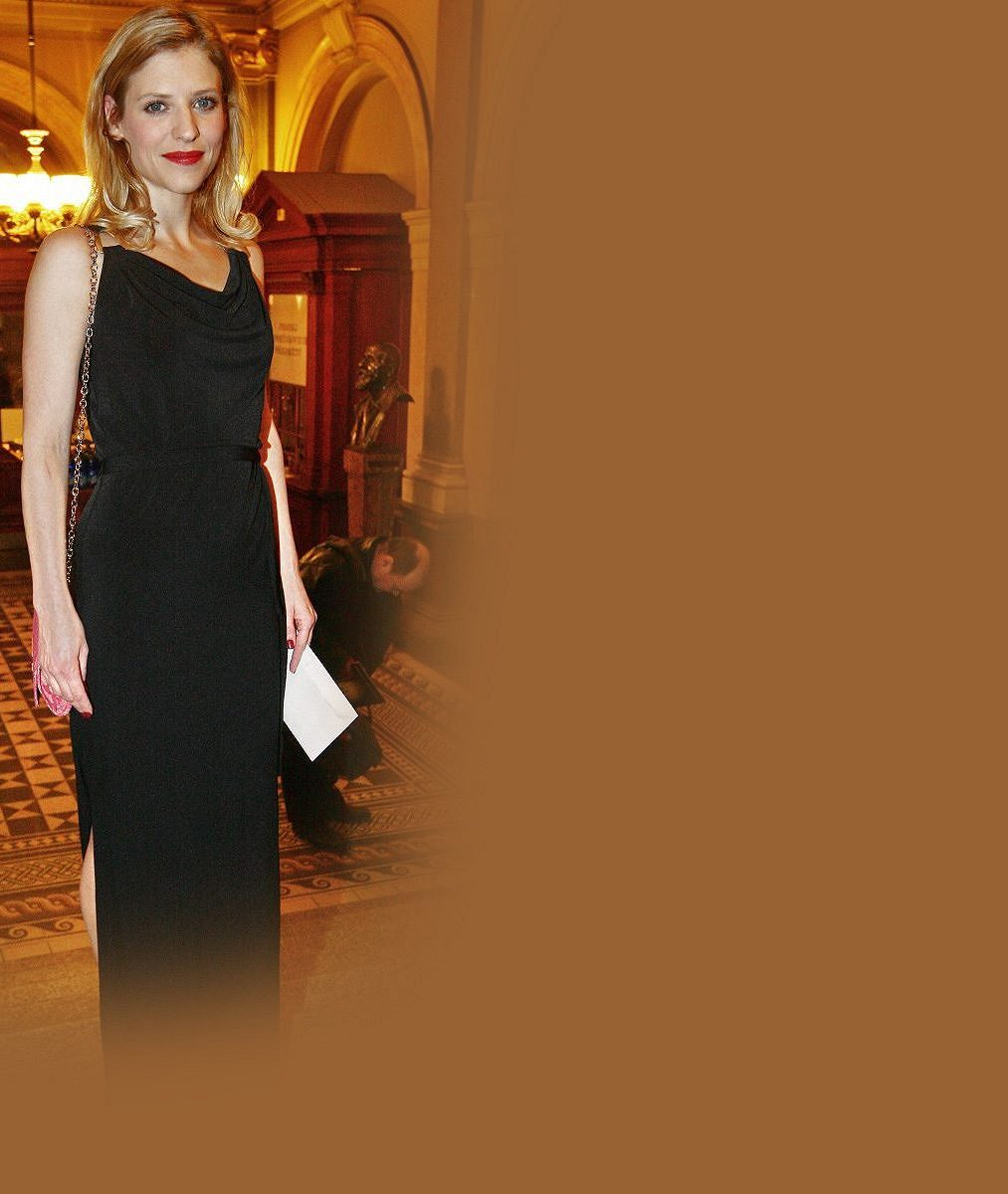 Jaruška z Báječných let pod psa jako modelka: Mrkněte, jak to krásné herečce seklo v šatech s rafinovaným výstřihem