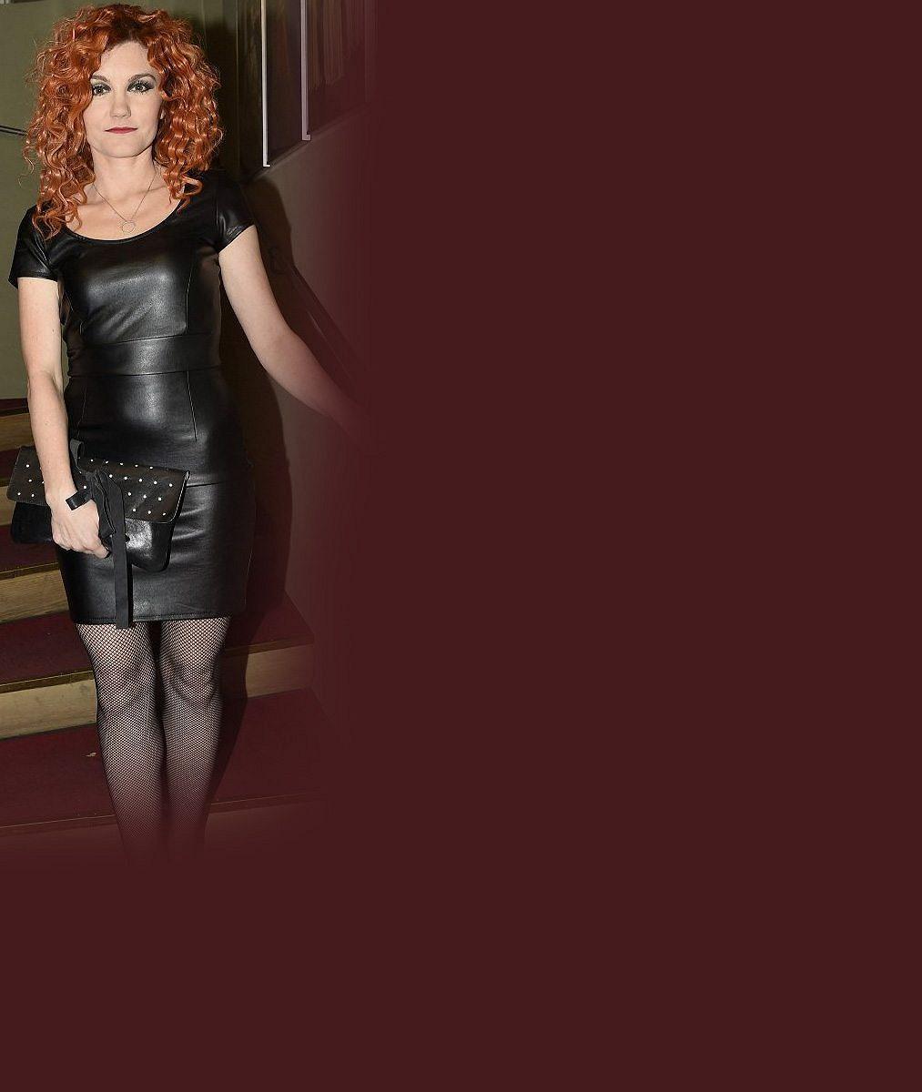 Poznáte muzikálovou zpěvačku? Nechala si na obličeji ztuhnout masku z pravého 24karátového zlata