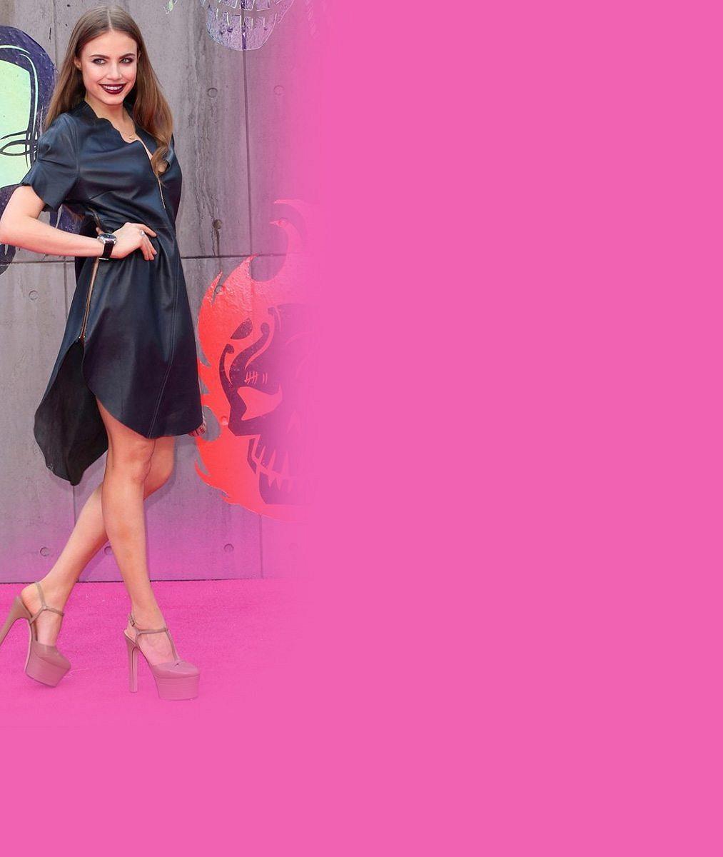 Asi vítr! Rozverná modelka si vzala šaty s rozparkem až do pasu a ukázala toho opravdu dost