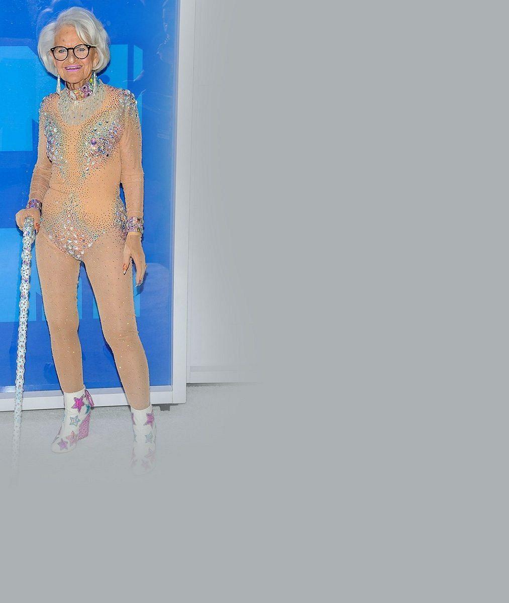 Zběsilá babča (88) okopírovala nejhanbatější outfit Britney Spears: Na ceremoniálu vypadala jako nahá