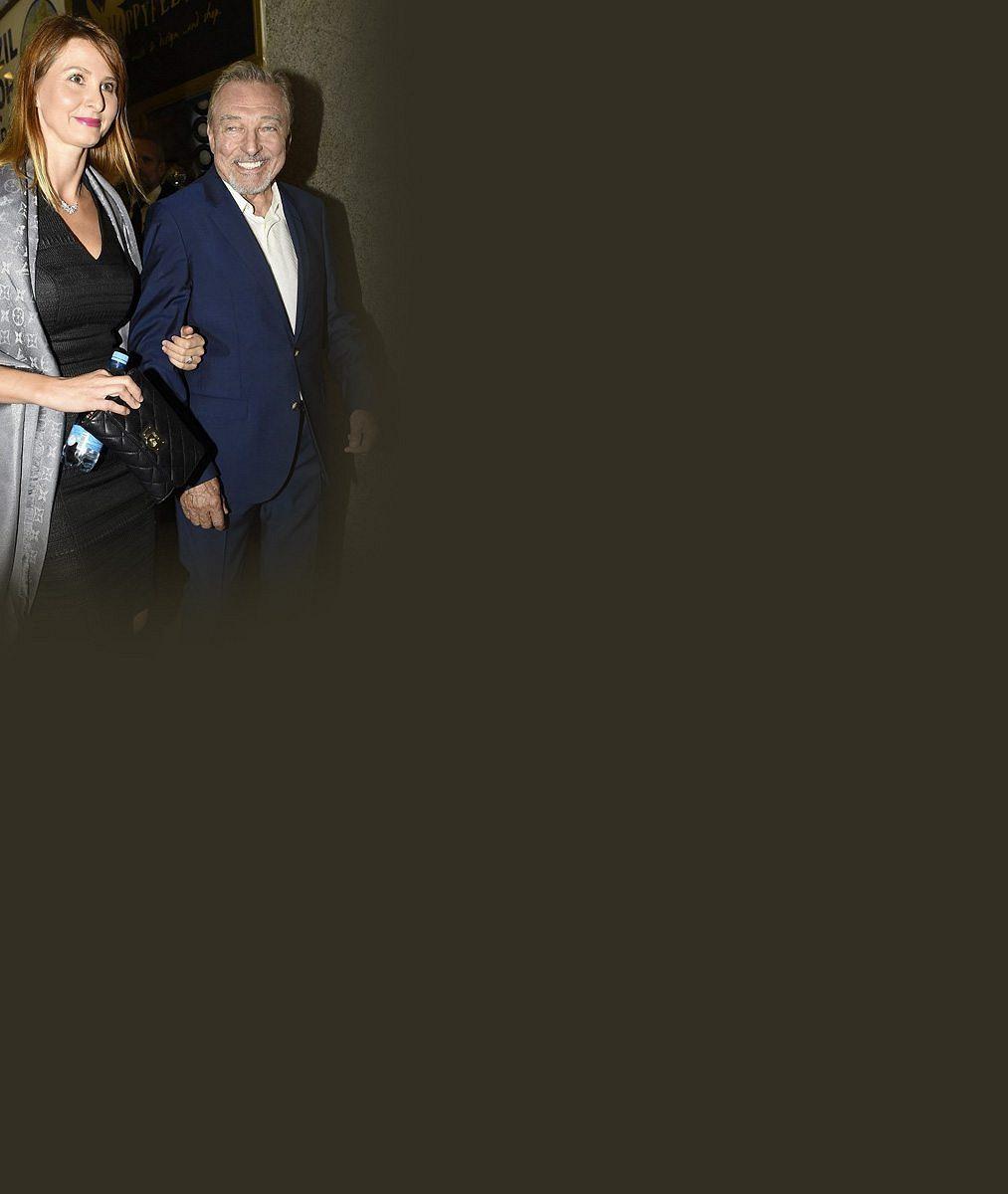 Tady se na fotografy usmívala: Mrkněte, jak se 26letá Ivana Macháčková v tělovém topu dvořila Karlu Gottovi