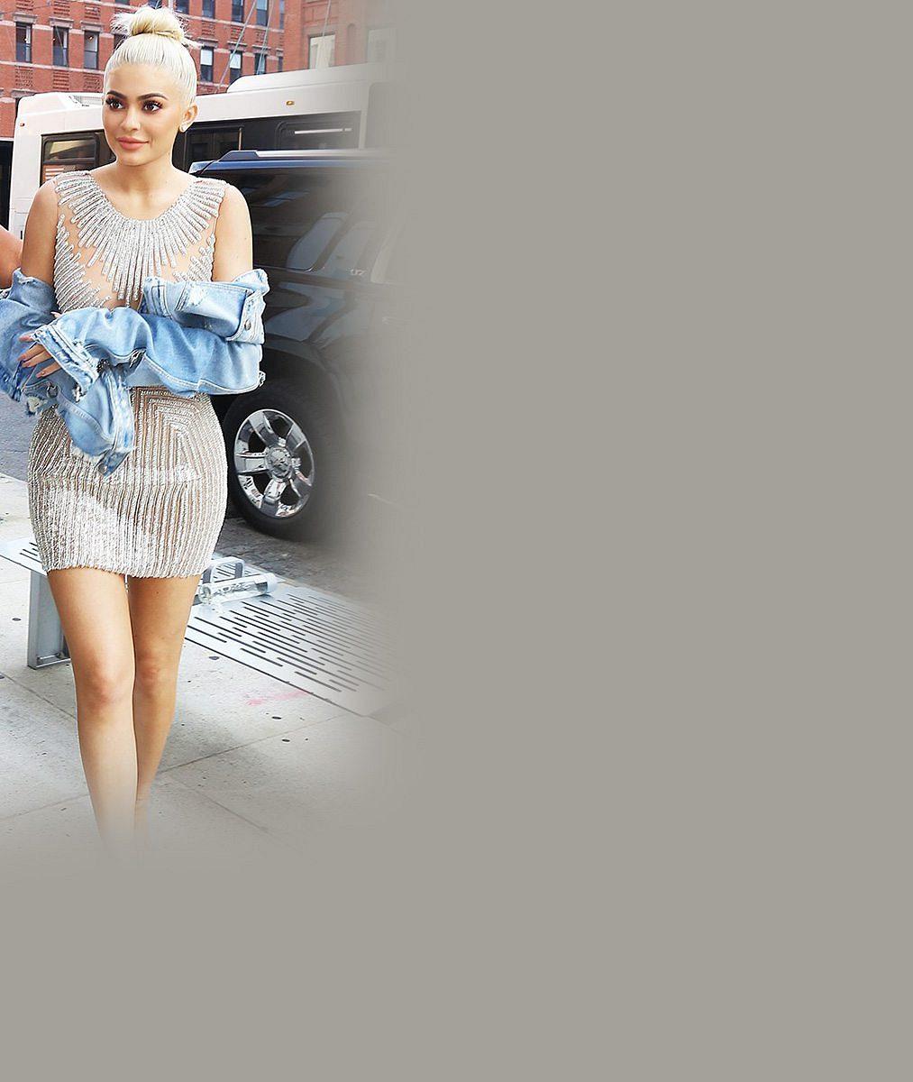 Zatímco se Kim vzpamatovává z přepadení, její sestra (19) fotí obálky v latexovém prádle