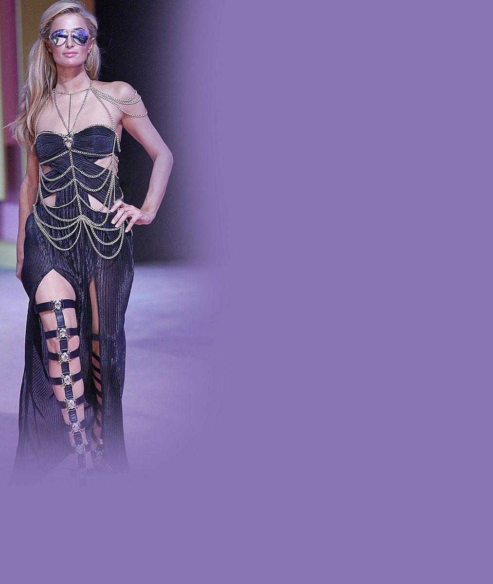Paris Hilton na přehlídce strčila do kapsy o polovinu mladší modelky