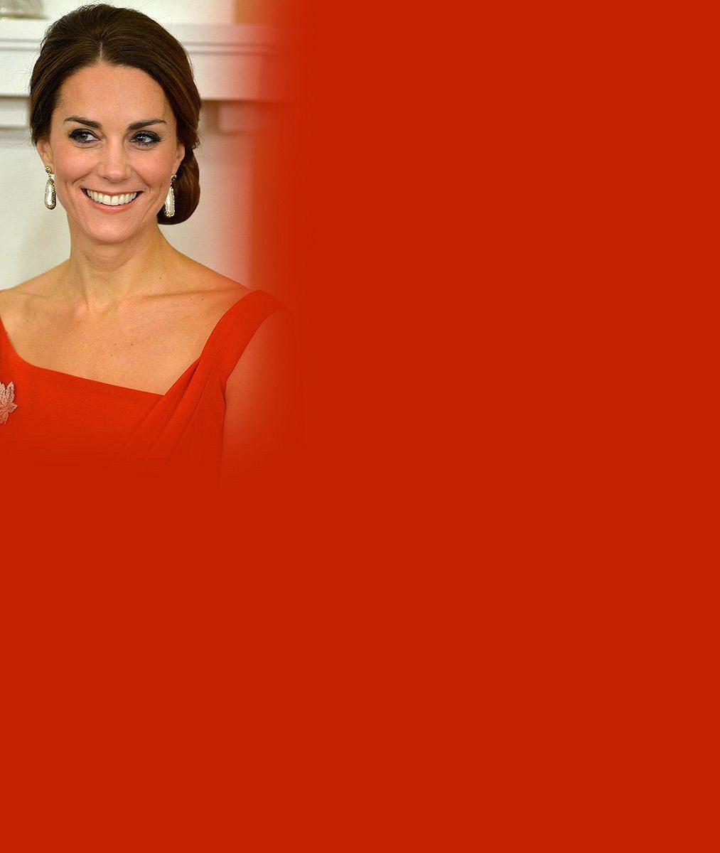 Kate v Kanadě bodovala v červených šatech s javorovým listem, ale provětrala i 12 let staré kozačky!