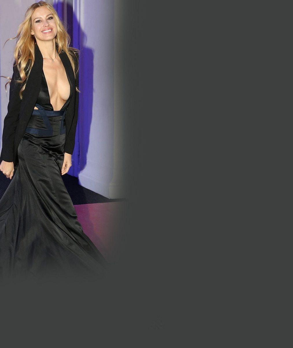 Petra Němcová zase jednou uchvátila Prahu: V šatech s odvážným dekoltem vypadala jako bohyně