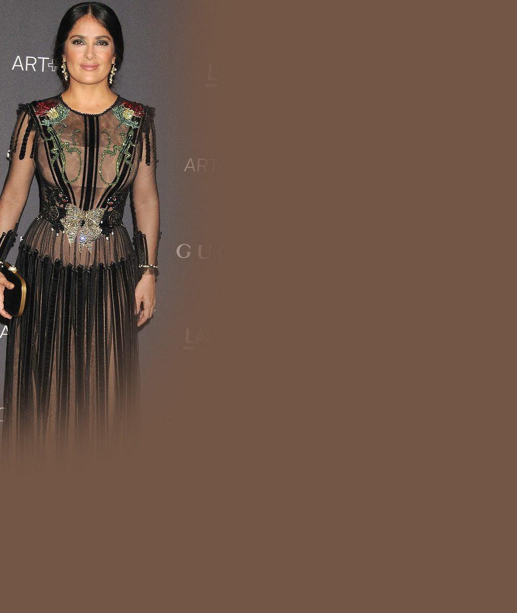 Padesátnice Salma Hayek předvedla v průsvitných šatech své obdivované ženské zbraně