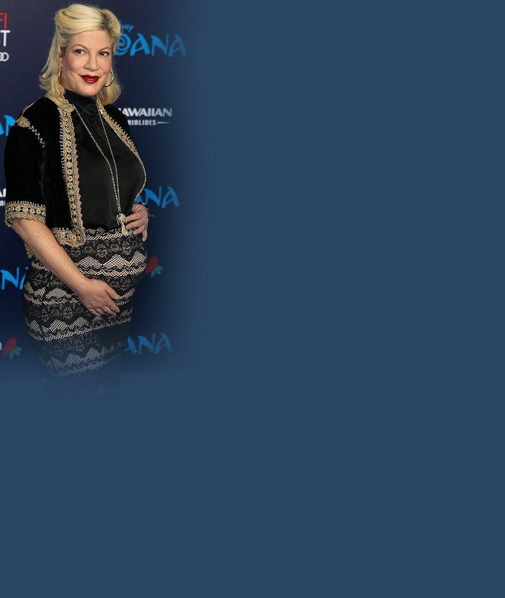 Těhotná Tori Spelling vyrazila s početnou rodinou do kina: Brzy už bude pětinásobnou maminkou