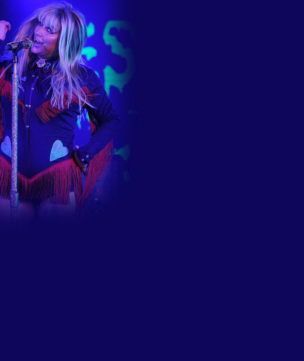 Kdysi štíhlá zpěvačka nasoukala na koncertě svá kila do kostýmu, který už si dávno nemůže dovolit