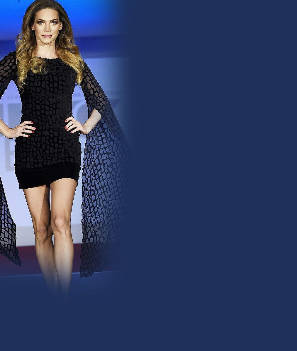 Dokonalé vnady umí prodat: Verešová na sobě předvedla šaty, které sama navrhla
