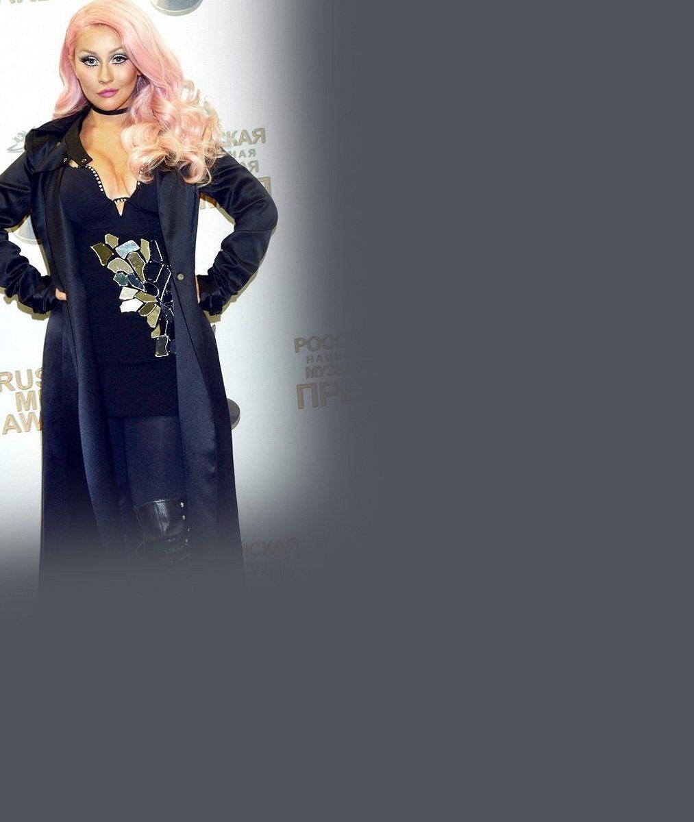 Chtěla splynout sruským nevkusem? Christina Aguilera ukázala rozpláclá ňadra acukrovou vatu na hlavě