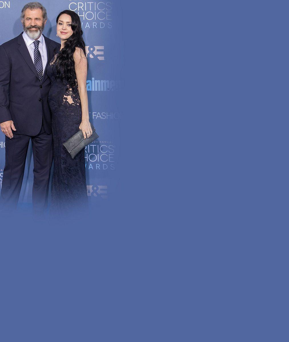Mel Gibson (60) se dmul pýchou po boku těhotné partnerky (26), díky níž se dočká devátého potomka