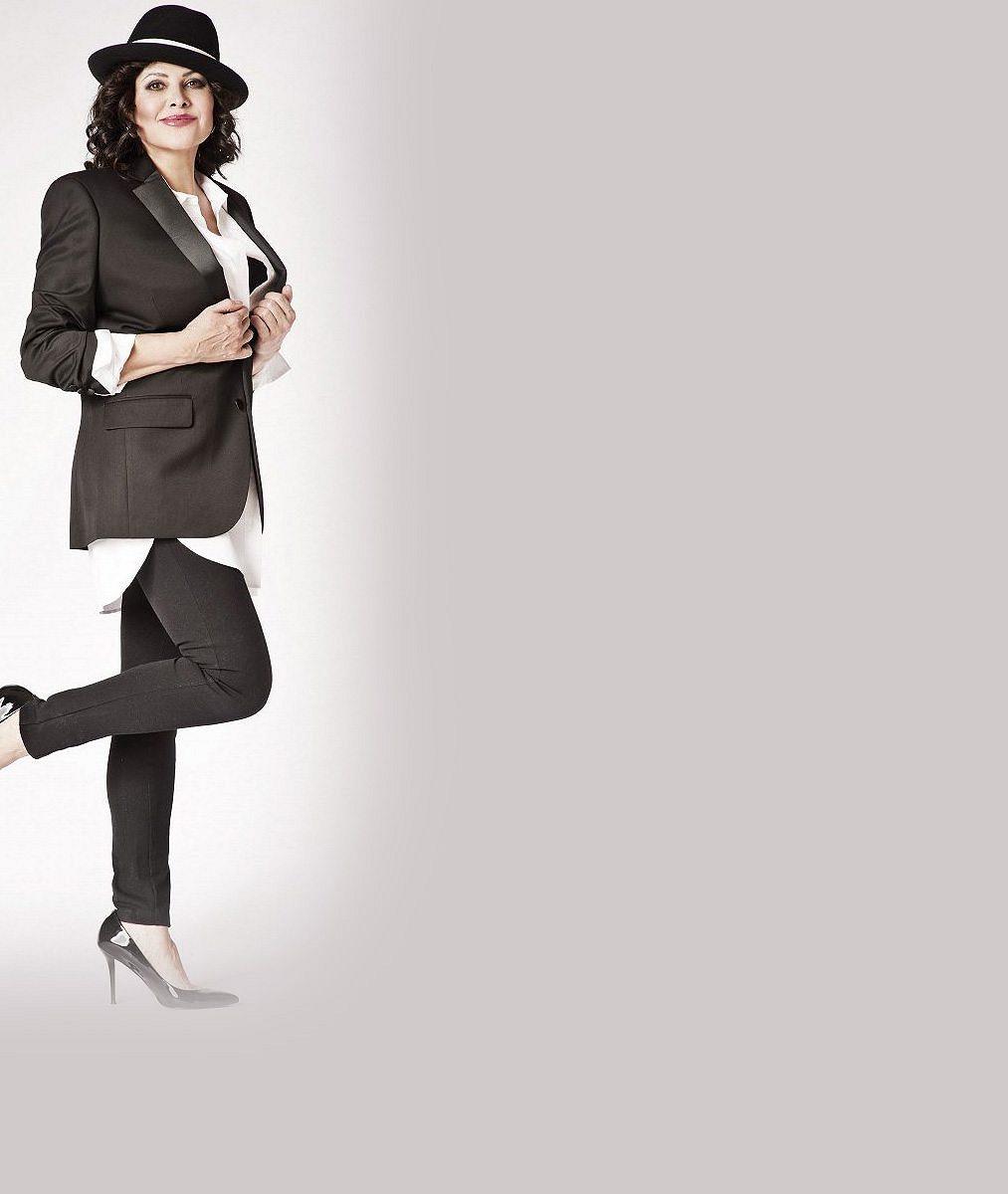 Cylindr dolů za odvahu! Ilona Csáková bez kalhot. Sako doplnila jen punčoškami a vysokými kozačkami