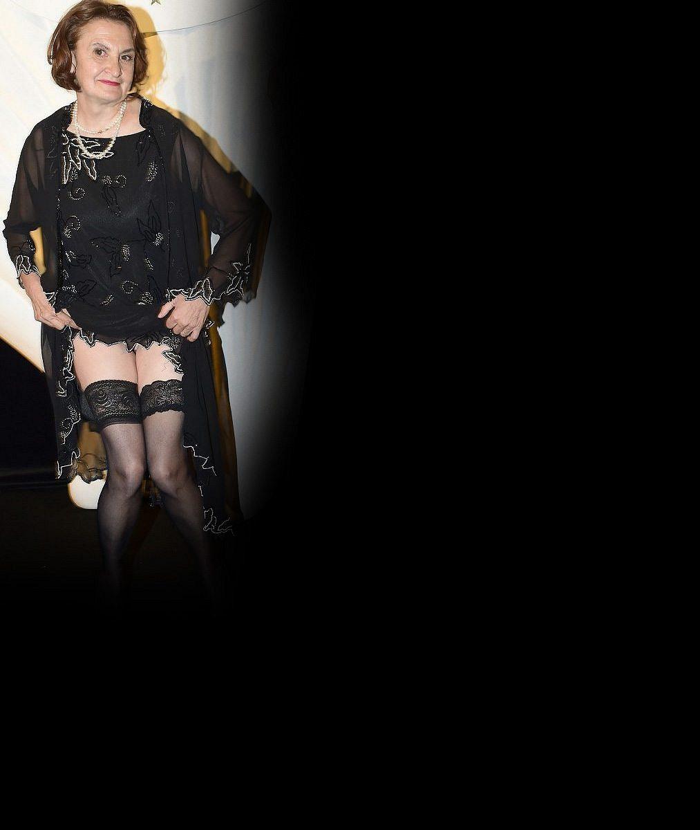 No to je pohled: Eva Holubová v nové divadlení hře vystupuje v podprsence navlečené přes šaty