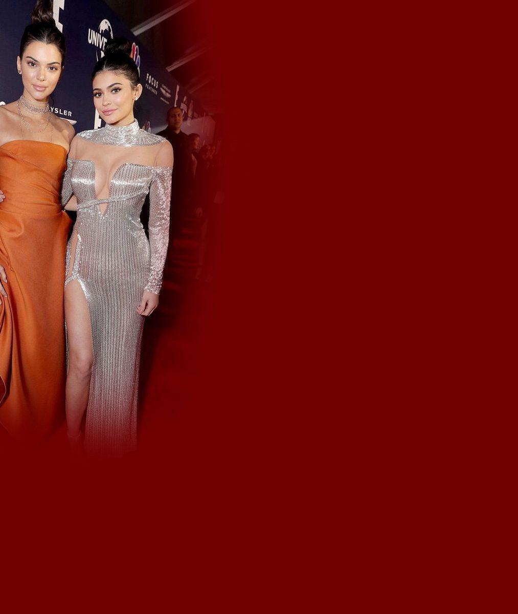 Nejslavnější sestry v akci: Mladší Kylie odhalila dekolt a strčila Kendall do kapsy. Neschovávala ani velkou jizvu