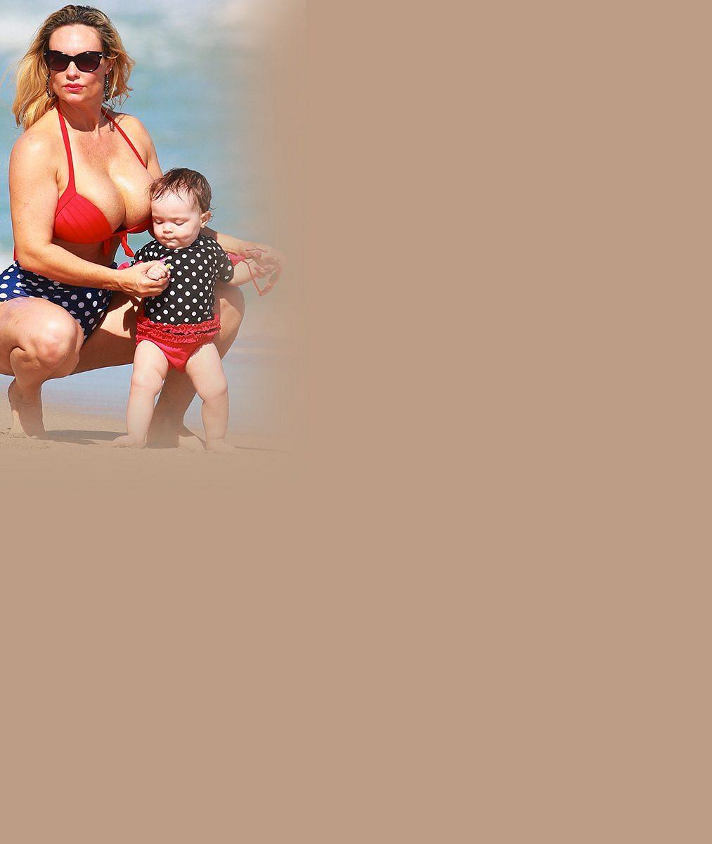 Omračující vnady téhle slavné maminky (37) nešlo přehlédnout. Turisti měli o zábavu postaráno