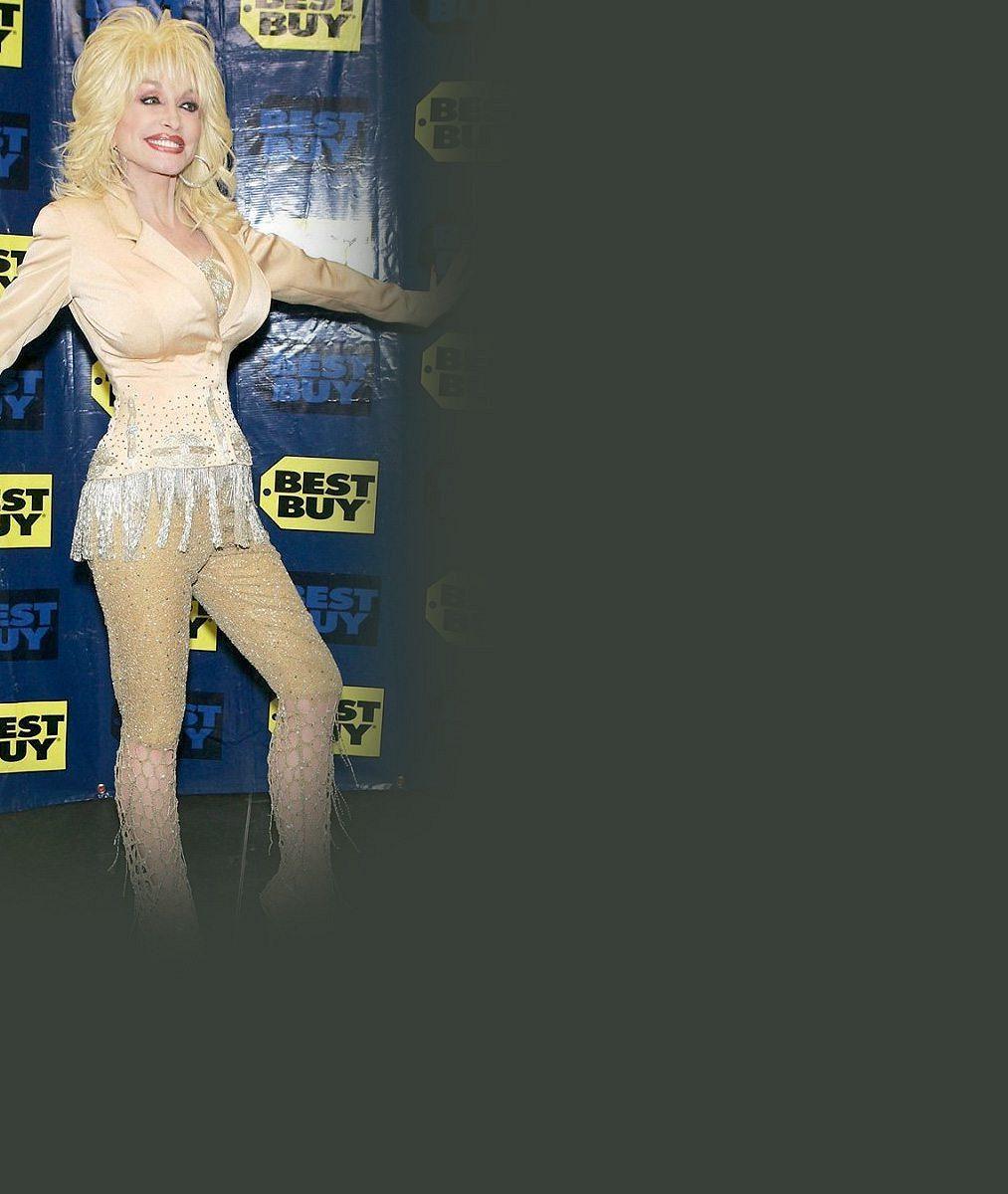 Dolly Parton nikdy neomrzí: Pohled na její gigantická ňadra horňáky hypnotizuje už půl století