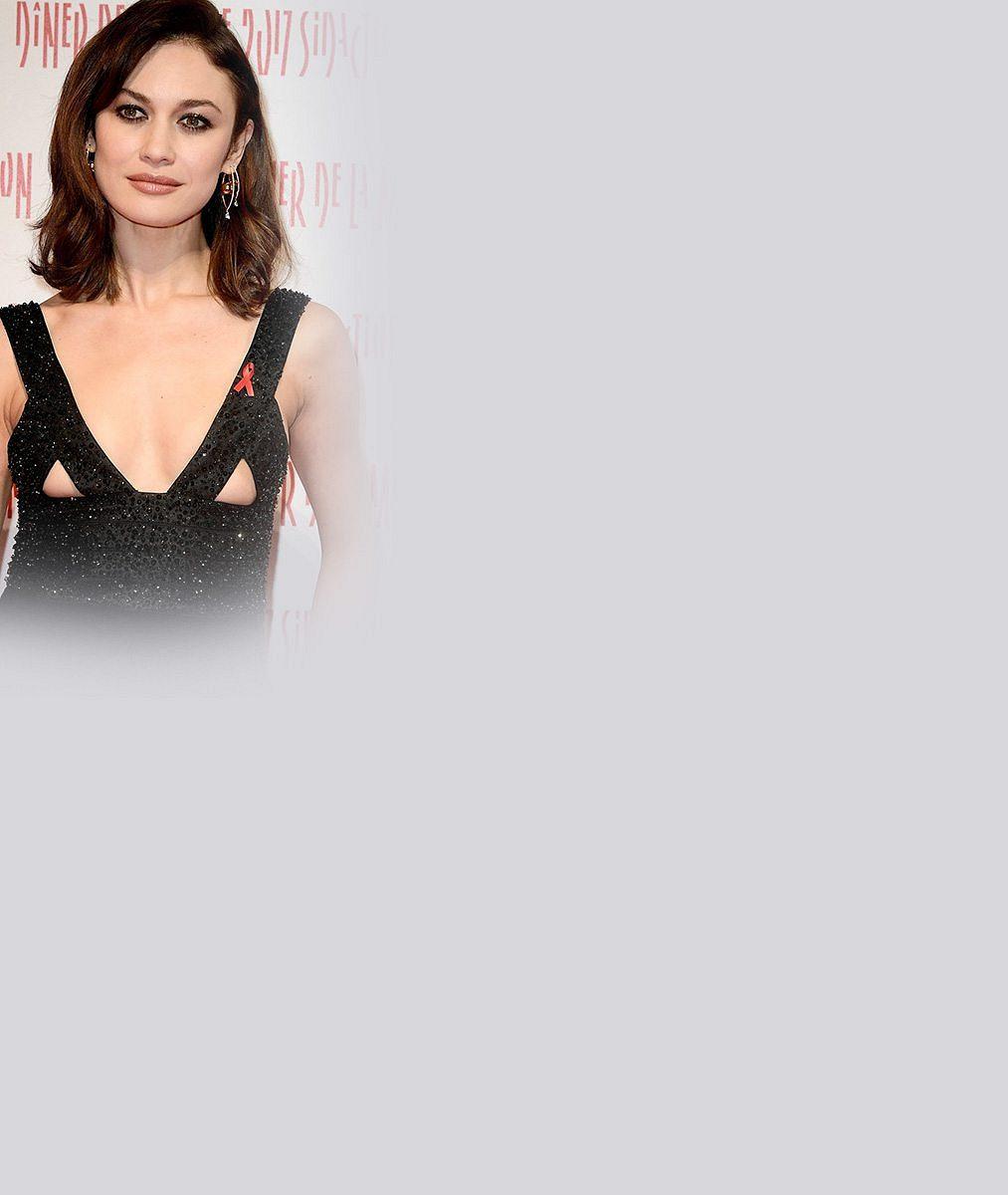 To tu ještě nebylo: Bývalá Bond girl (37) předvedla na červeném koberci holá ňadra trochu jinak