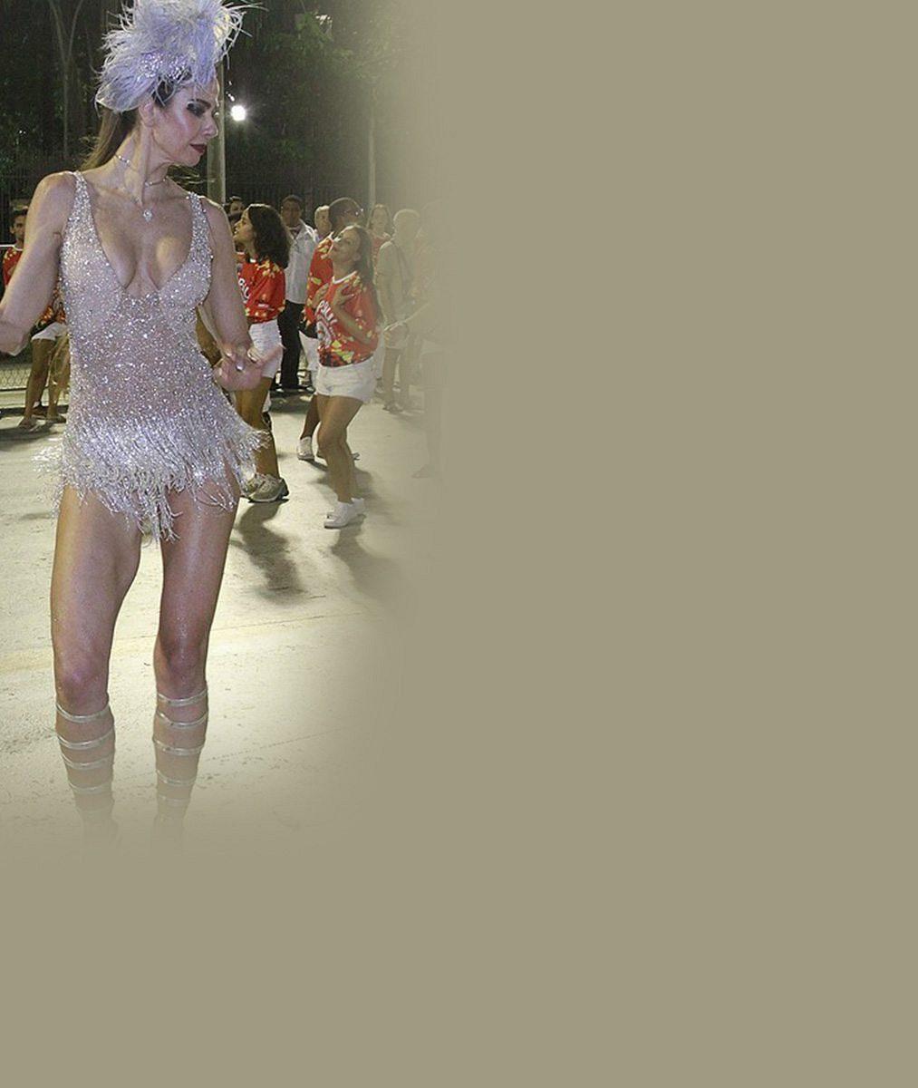 Páni! Matka syna Micka Jaggera (47) rozvlnila své božské křivky na karnevalu vRiu