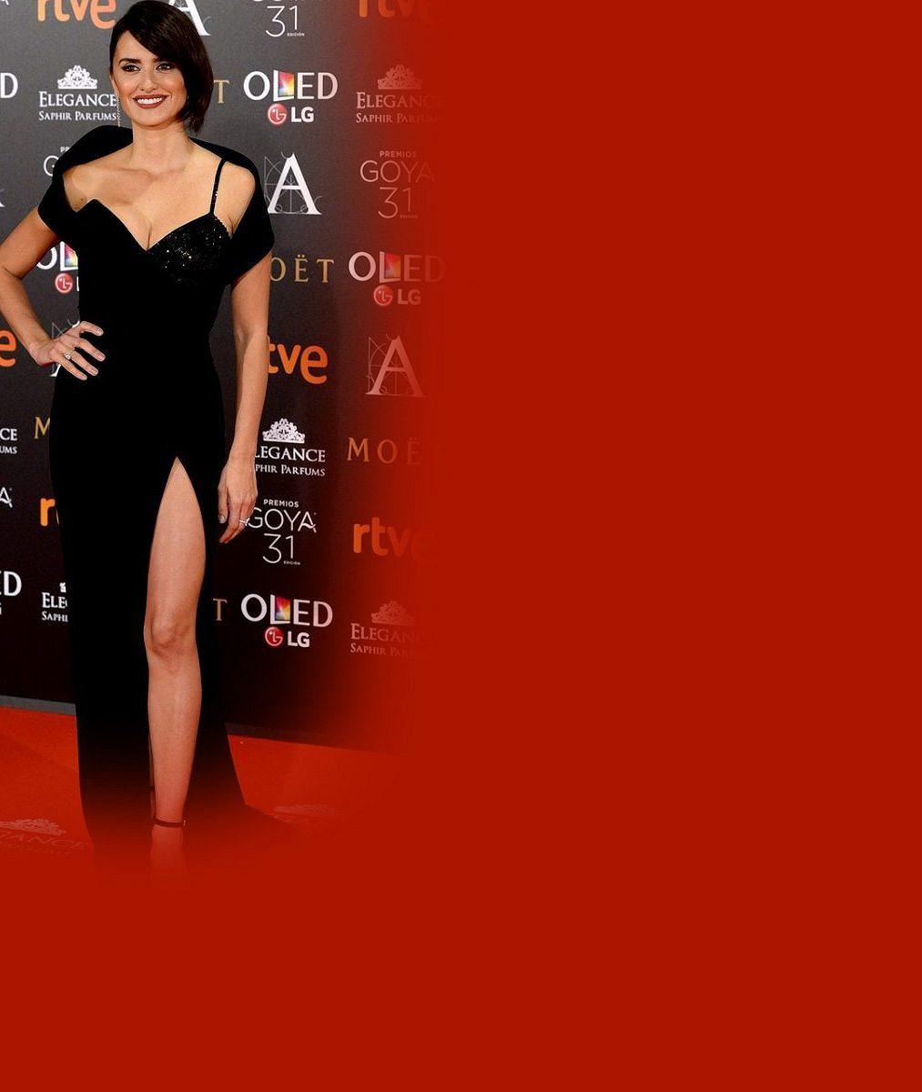 Půvabná Penélope Cruz ukázala v šatech s odvážným rozparkem výstavní stehýnko