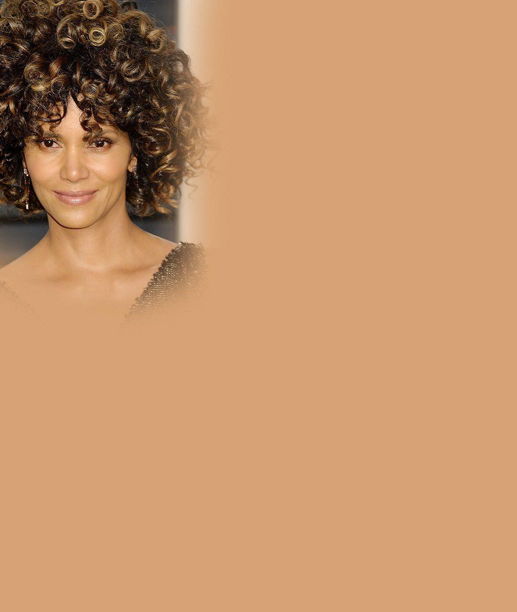 Halle Berry si v padesáti nechala narůst vlasy. Na Oscarech vypadala jako Michael Jackson zamlada
