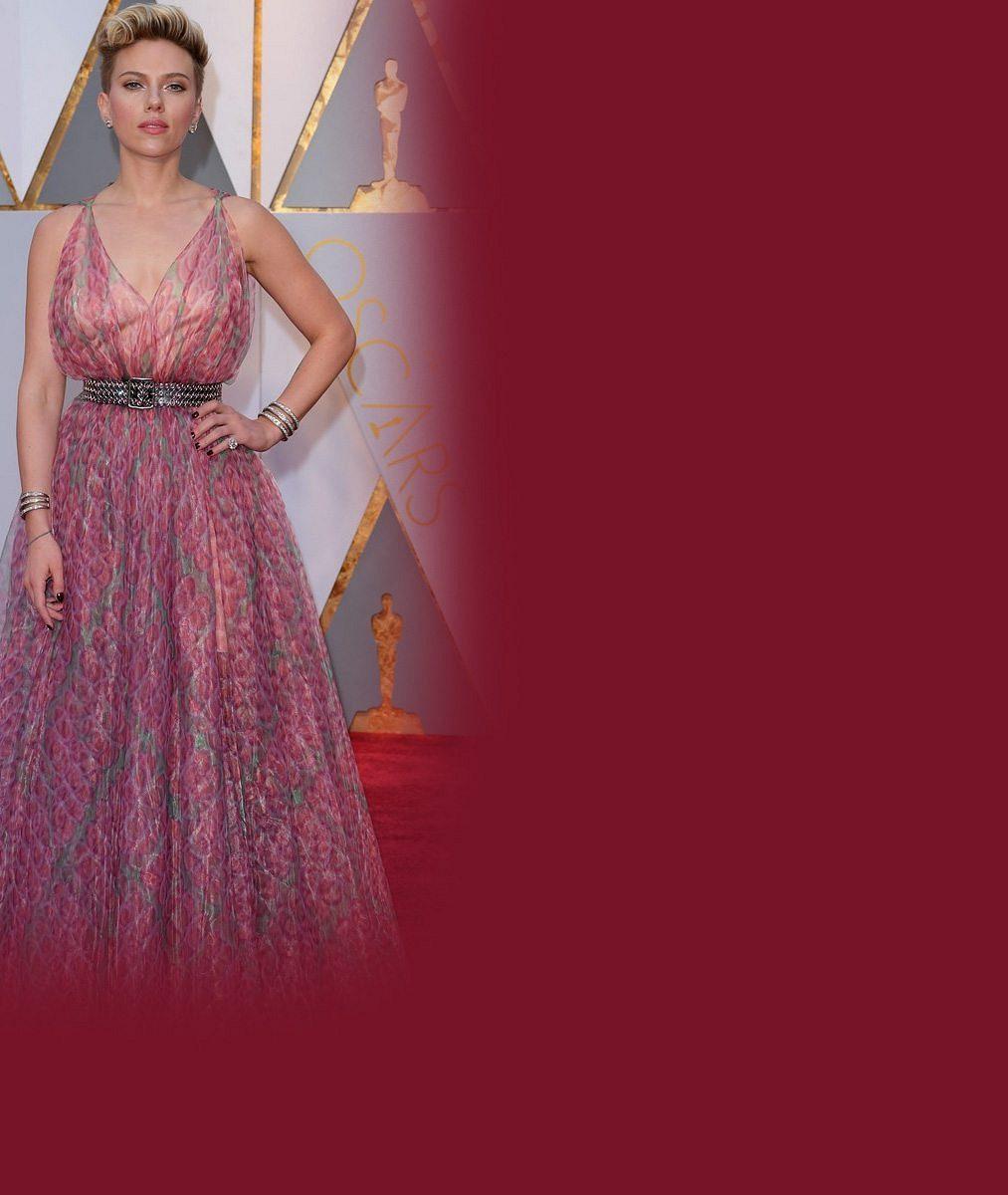 Rozvádějící se sexy herečka přišla na Oscary snovým pánským doprovodem. Kdo je ten fešák?
