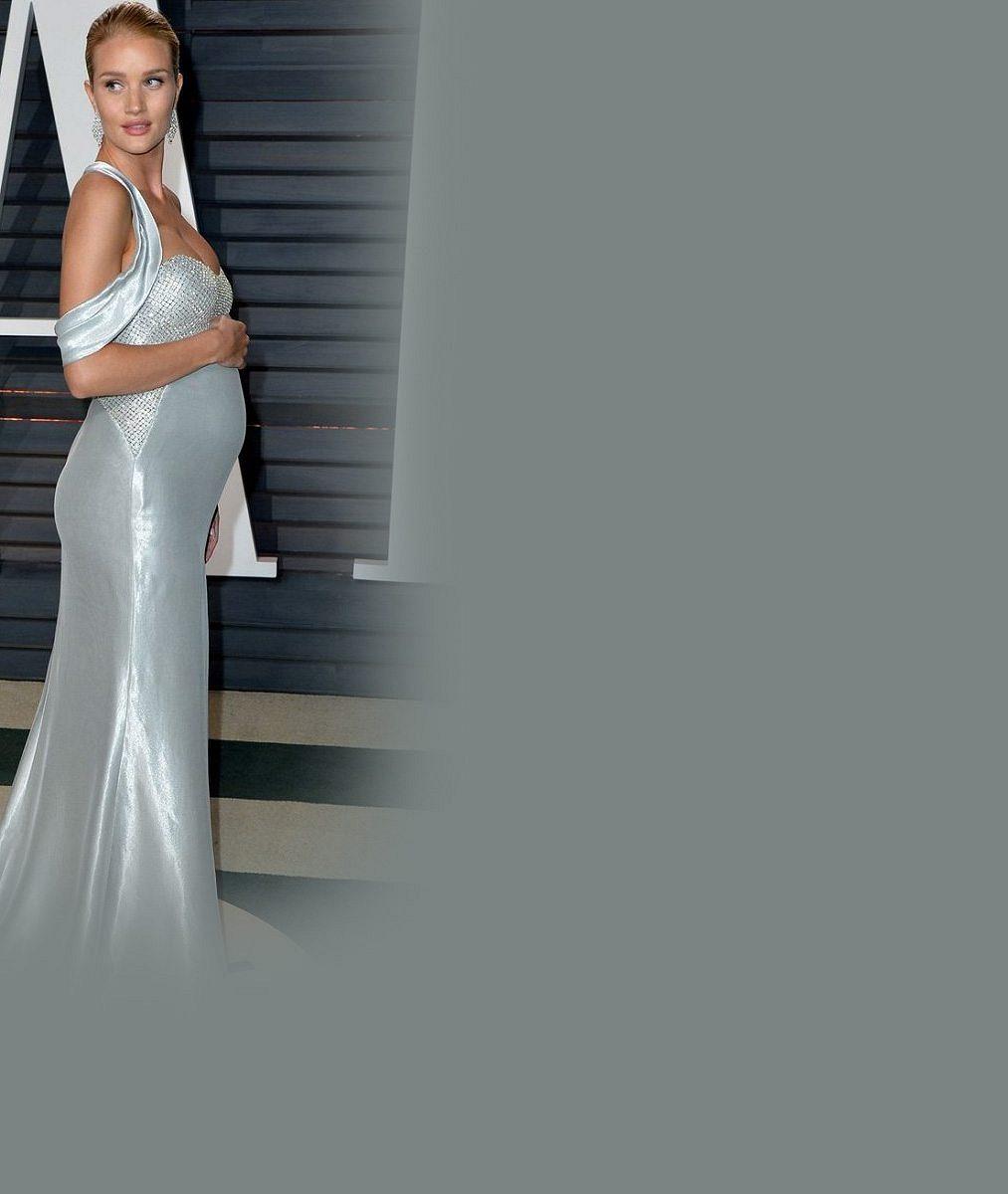 Kráska zTransformers na oscarové párty ukázala těhotenské bříško, akční hrdina bude brzy tatínkem