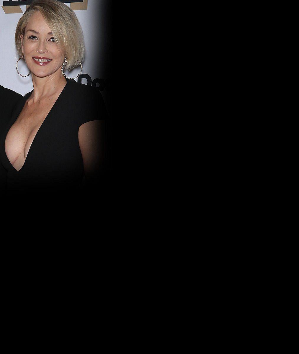 Antigravitační čarodějka Sharon Stone se i před šedesátkou chlubí výstavním dekoltem. A podprsenku nepotřebuje!