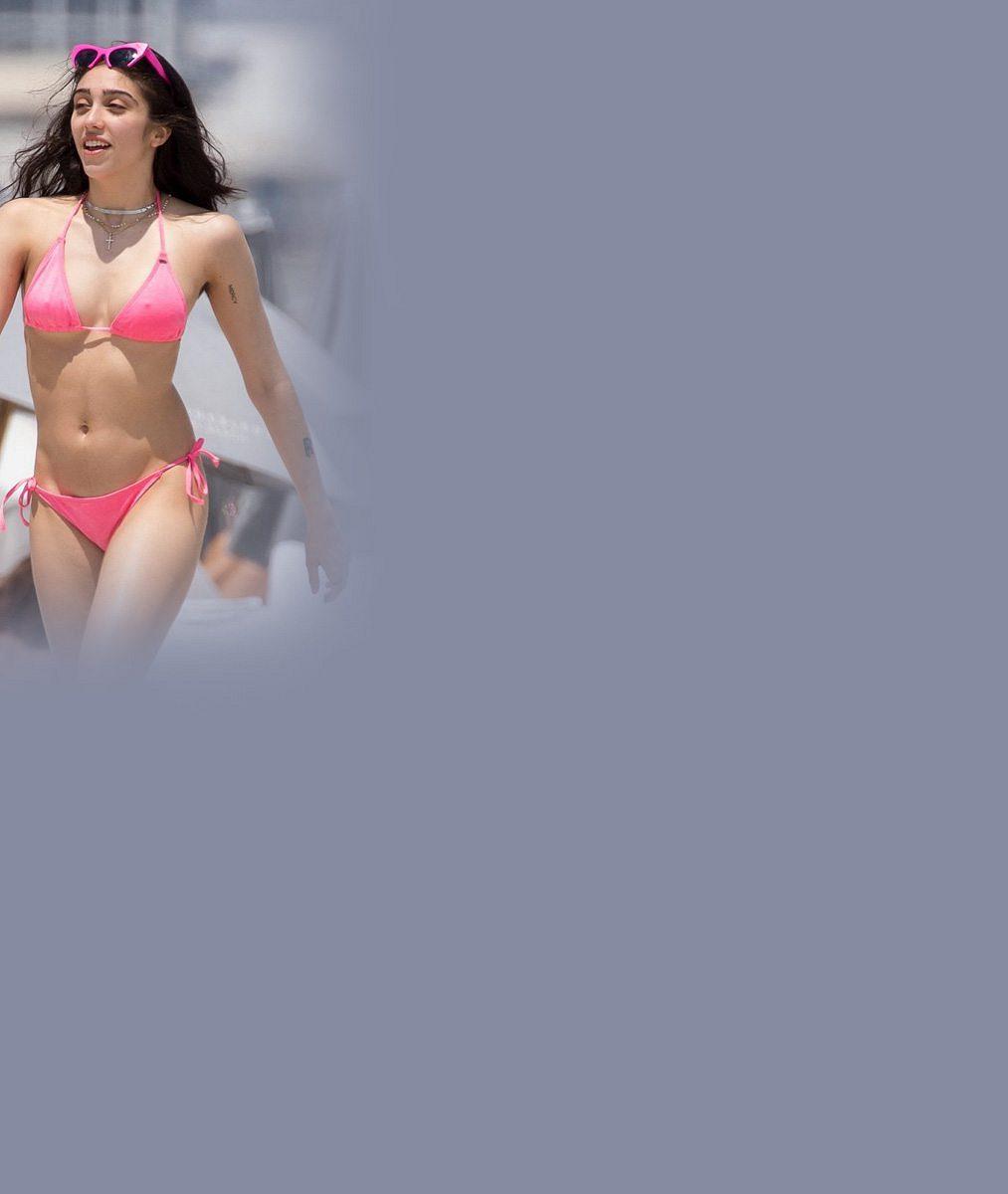 Tělo jako důkaz: Madonnina dcera Lourdes (20) ukázala v růžových bikinách své sexy křivky