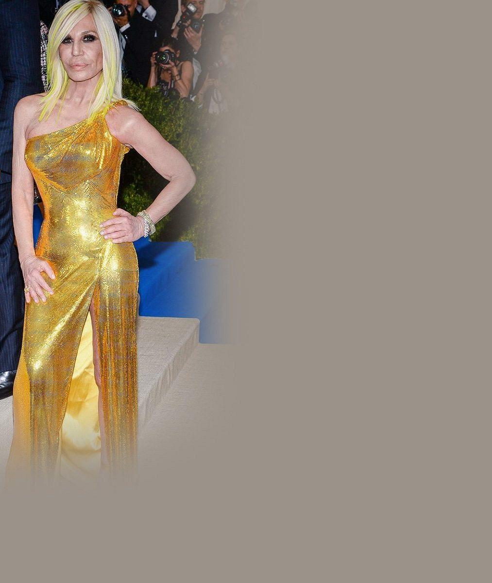 Děsivá Donatella Versace celá zezlátla: Ve vysokém rozparku ukázala svraštělou nožku