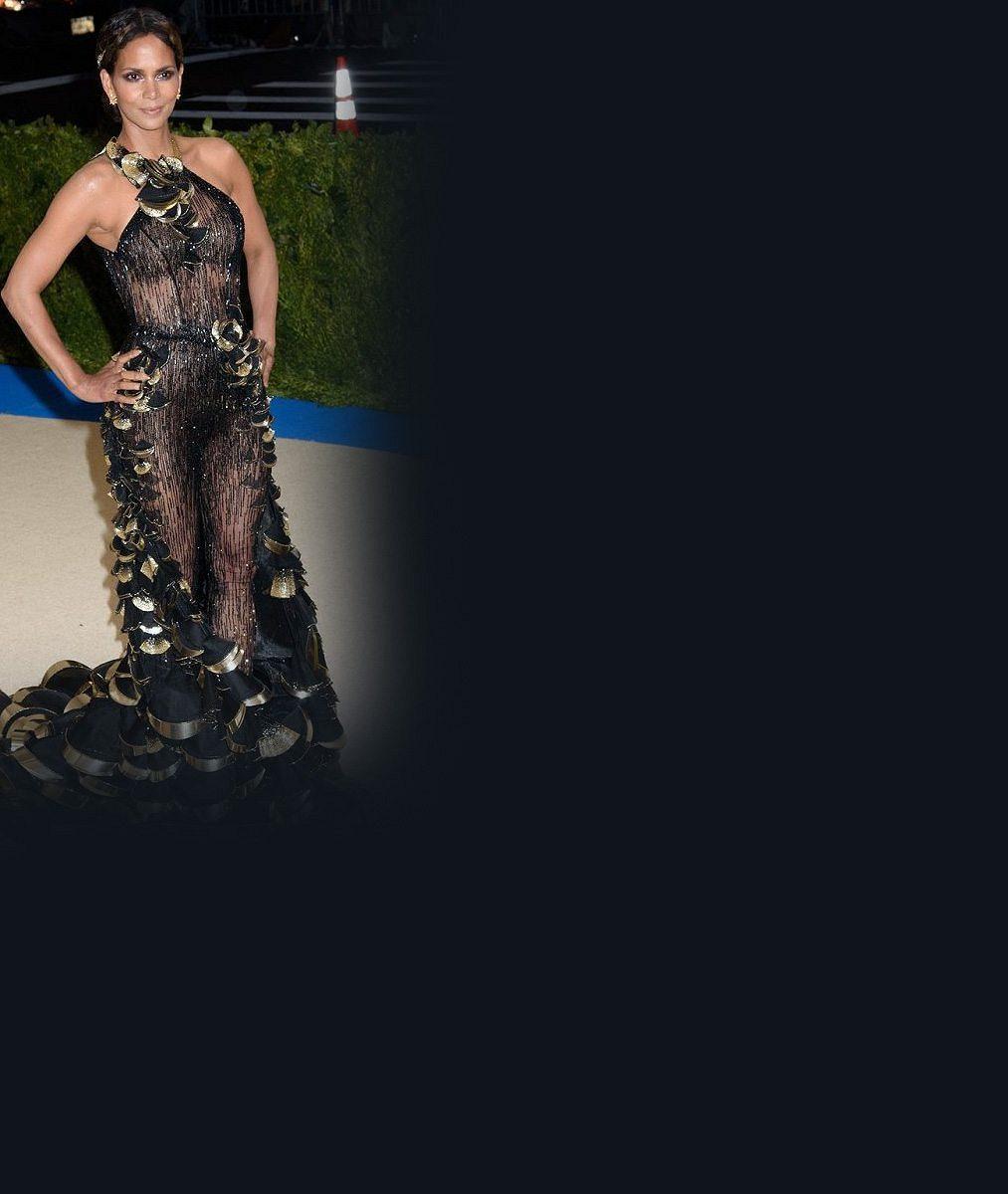 Tohle si po padesátce může dovolit málokdo: Bývalá Bond girl se nahá přitiskla ke sklu. Výsledek vám vyrazí dech!