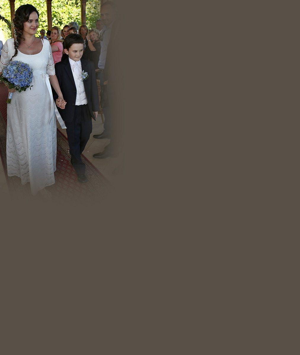 Do třetice všeho dobrého: Těhotná exmanželka Hůlky a Vojtka Libuška se dnes vdala. Byla krásná nevěsta