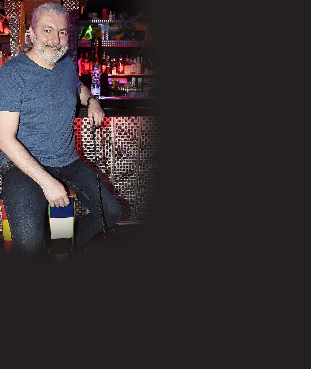 Co si myslí Daniel Hůlka otom, že nemůže vystupovat? Zpěvák se na premiéře pořádně obul do Prymuly