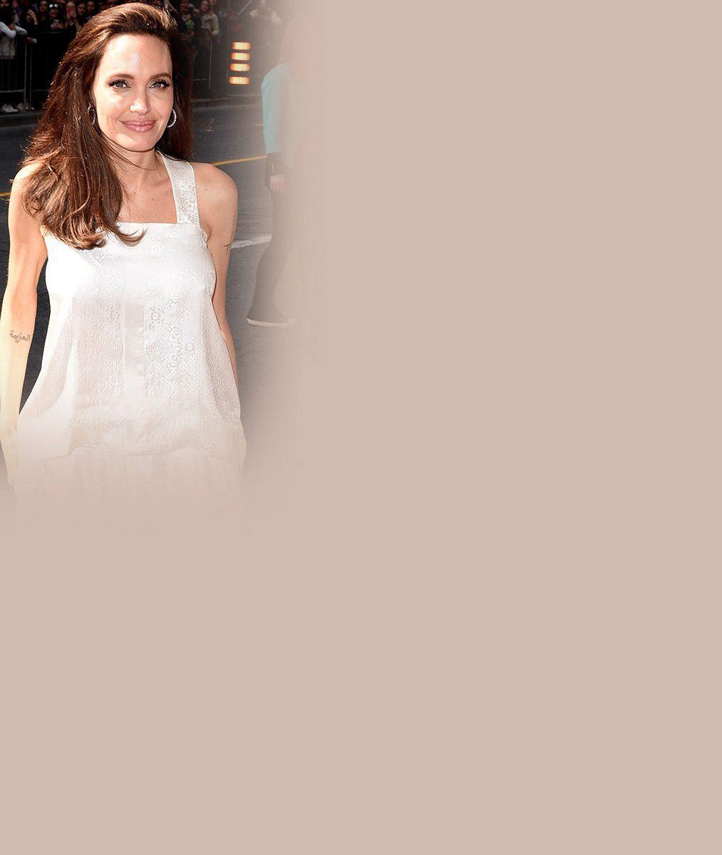 Angelina Jolie si opět vyšla ven se svou početnou rodinkou: Mrkněte, jak to šestici dětí aslavné mamince slušelo