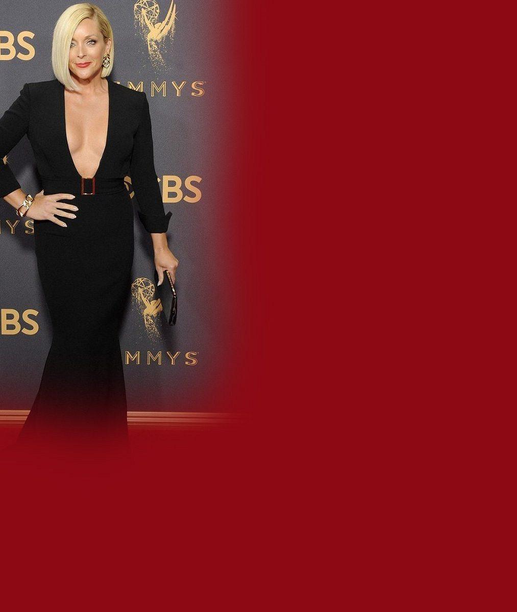 Seriálová herečka (48) si troufla na šaty s obrovským výstřihem pro odvážné dvacítky