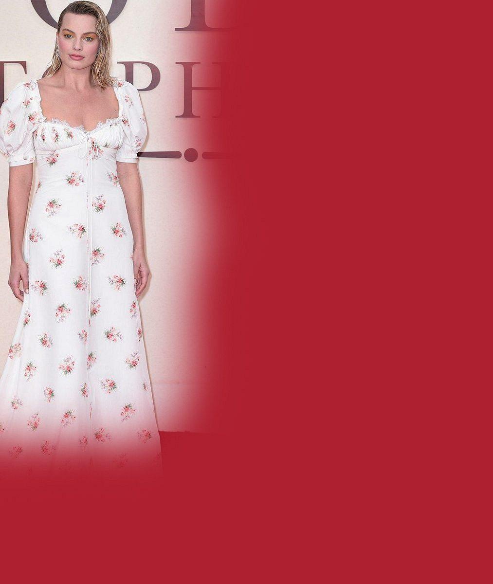 Jindy okouzlující herečka měla při volbě šatů nešťastnou ruku: Odnesly to její ženské přednosti