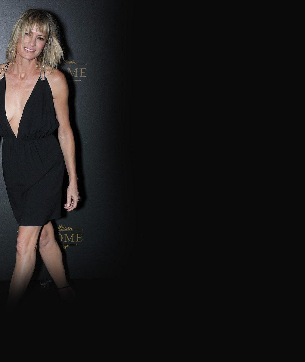Po padesátce ji odvaha neopustila: Známá herečka v šatech s obrovským výstřihem konkurovala i Naomi Campbell