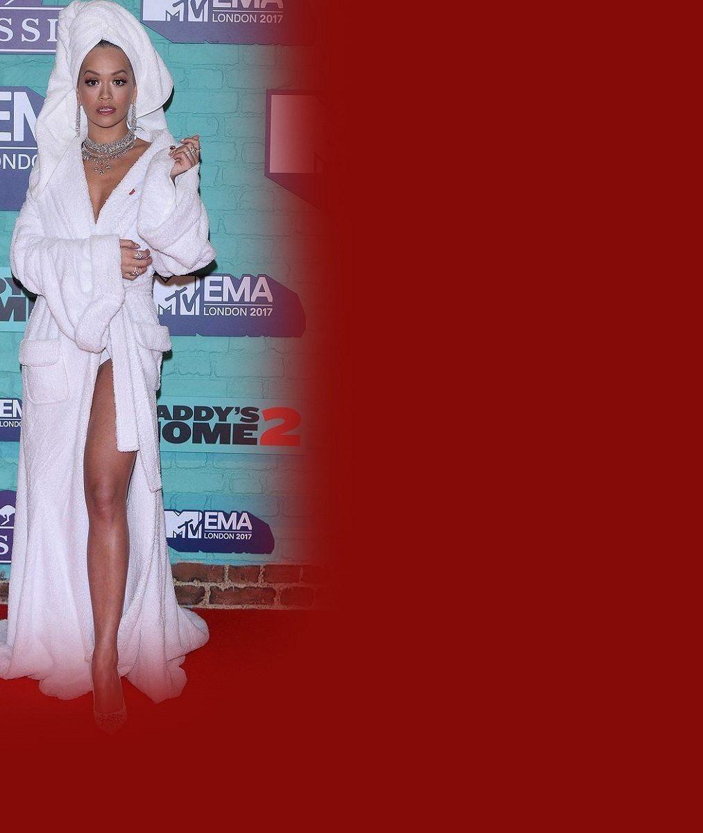 Rita Ora jako moderátorka během večera vystřídala 13 outfitů: Největší úspěch měla v županu
