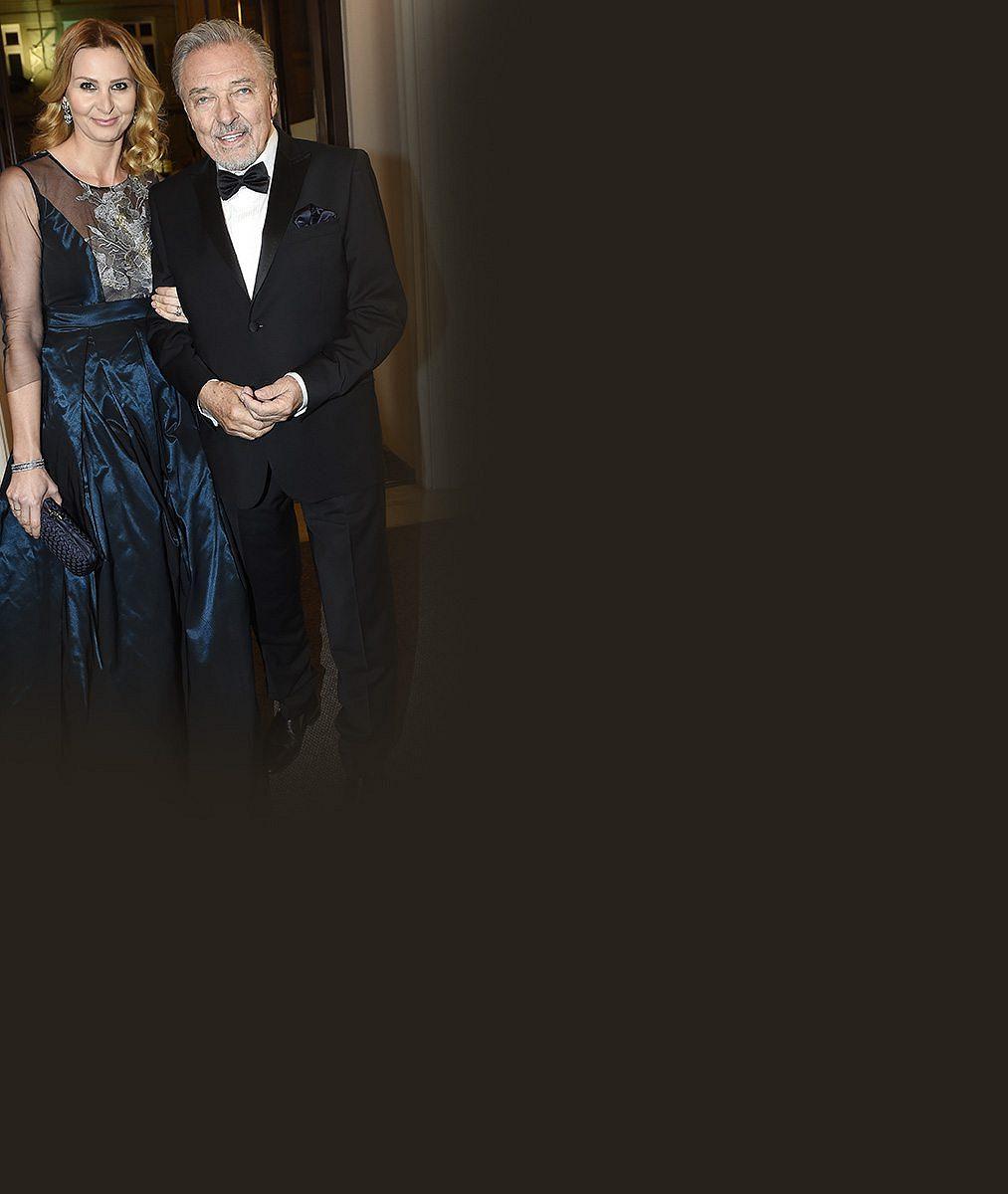 Jsem šťastný, že tě mám: Podívejte se, jak Karel Gott 10 let po svatbě vyznal lásku své manželce Ivance