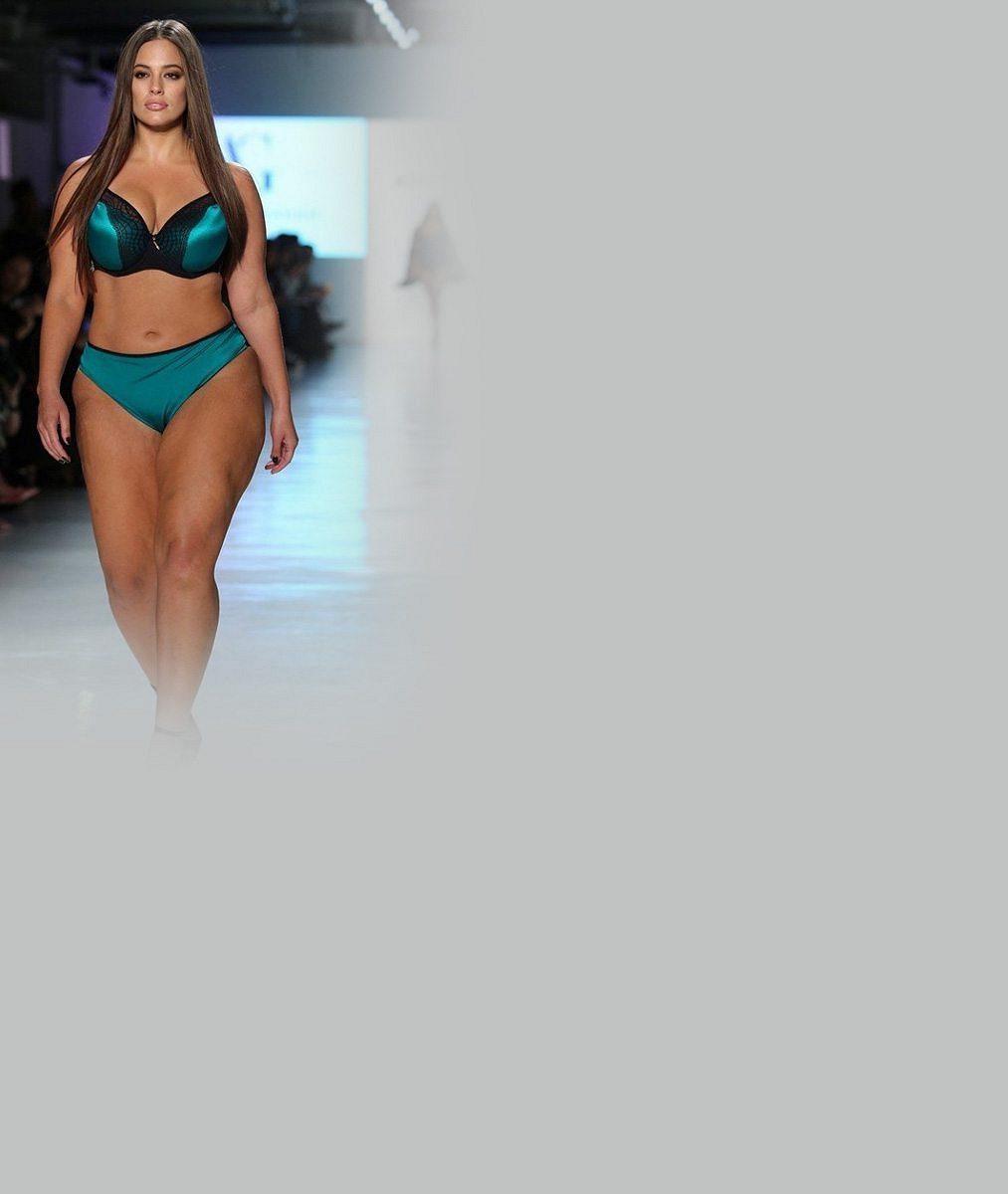 Plus size modelka nechala v průhledném topu vyniknout podprsenku: Plnoštíhlá postava jí vydělává milióny