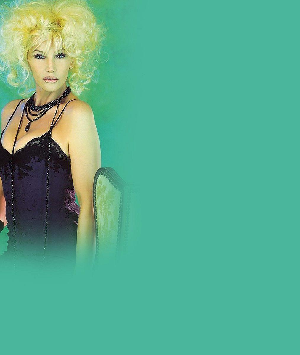 Vyretušovaná modelka (73) se hrdě prsí vkampani na spodní prádlo: Vcivilu ale seniorský věk nezapře