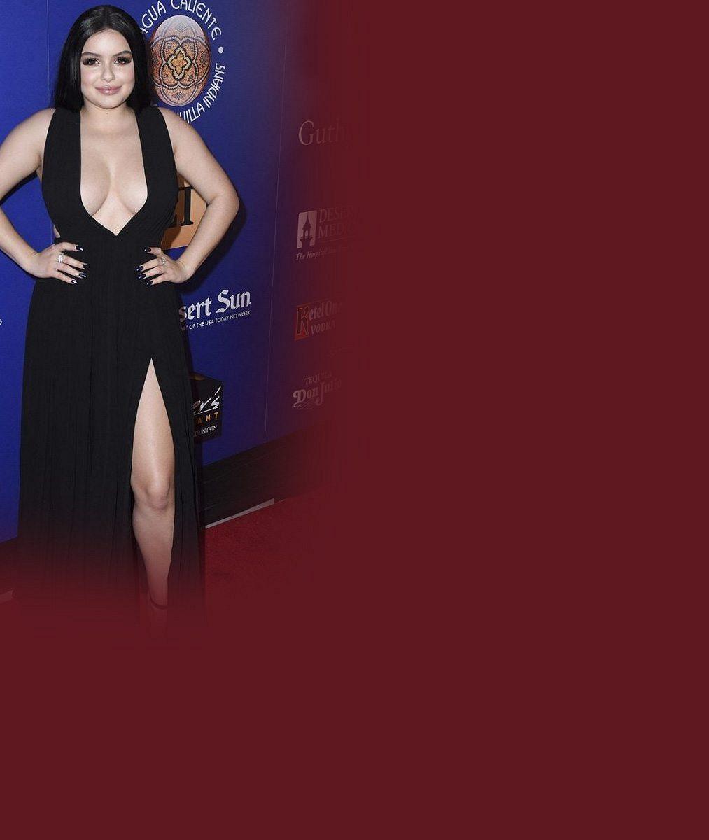 Seriálová herečka (19) ukázala v šatech s obřím výstřihem téměř celá ňadra: A to už je má o dvě čísla menší