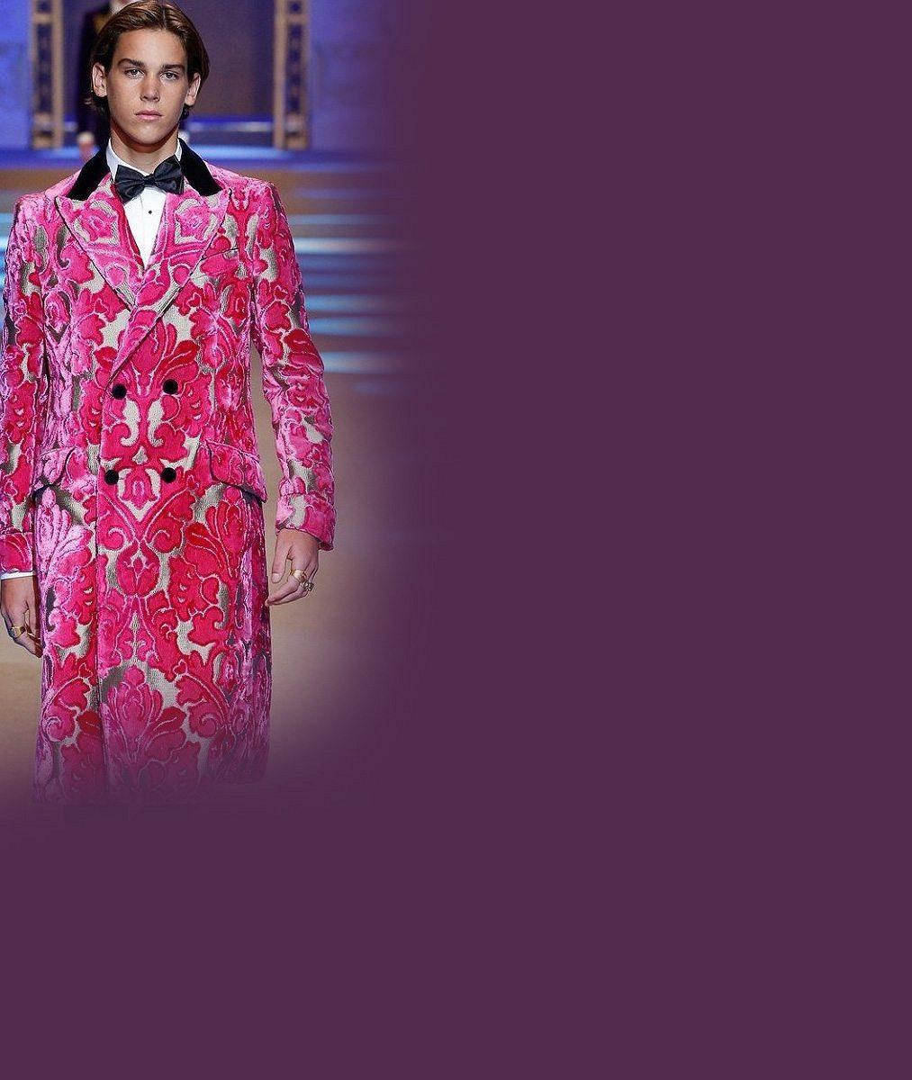 Další James Bond z něj nebude: Šestnáctiletý syn Pierce Brosnana raději chodí po molu v růžovém kabátě