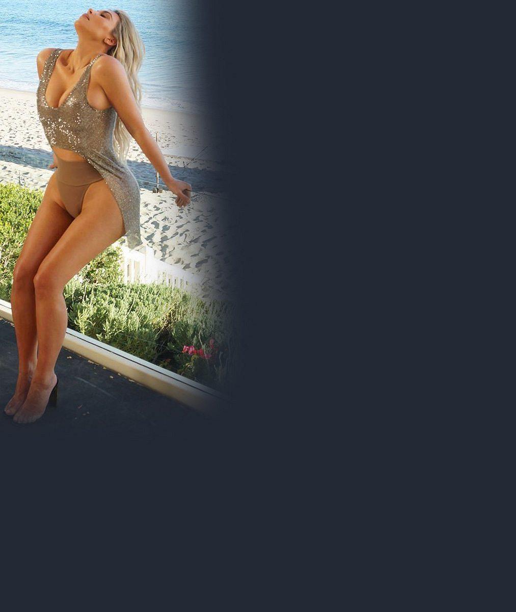 Trojnásobná maminka Kim Kardashian vystavila své pověstné křivky ve dvoudílných plavkách