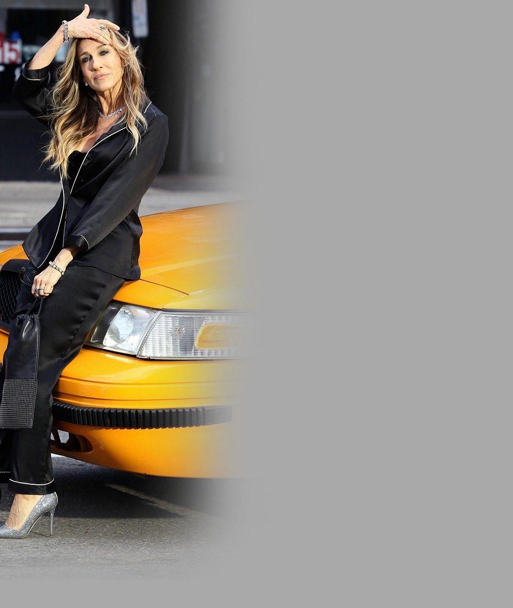 Takhle nás baví: Představitelka Carrie vyšla do ulic New Yorku v pyžamu a podprsence a vypadala úchvatně