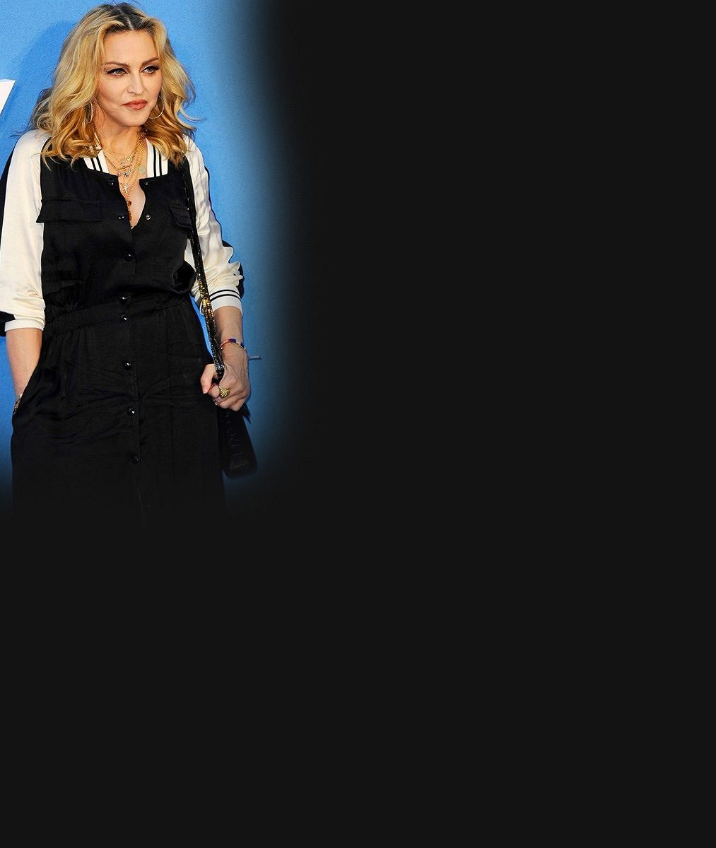 Madonna (59) čte před spaním knihu jako vyžilý sexsymbol: Povadlá prsa jí málem dolehla až ke stránkám