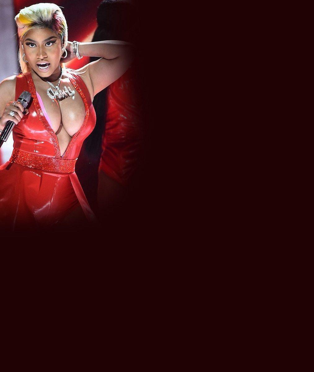 Obdařená zpěvačka nacpala své přednosti do rudého latexu a předvedla erotické dusno