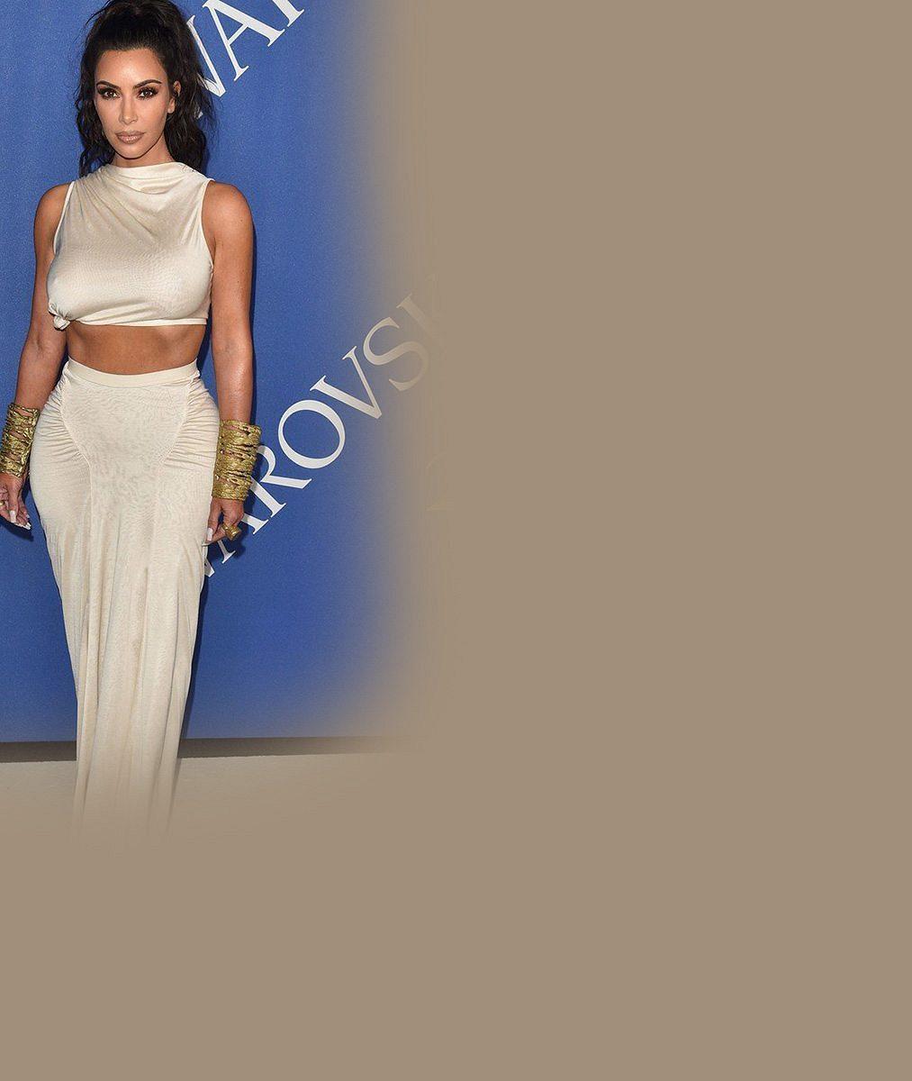 Kim Kardashian vystrčila pověstné pozadí, aby udělala reklamu sama sobě. Účel to splnilo