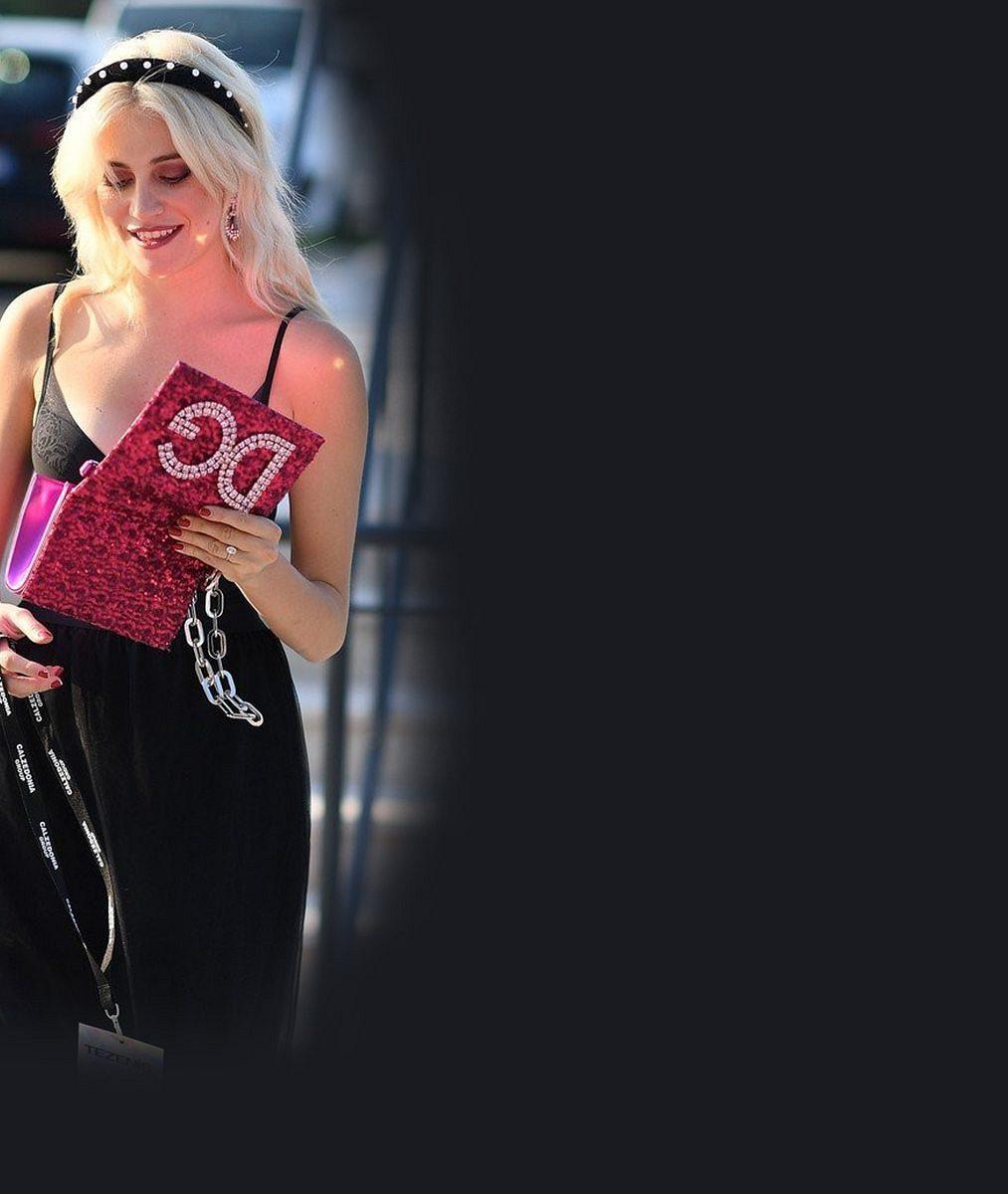 Britská popová princezna vyrazila na přehlídku vprádle. Očima ji hltal nejen její pohledný snoubenec
